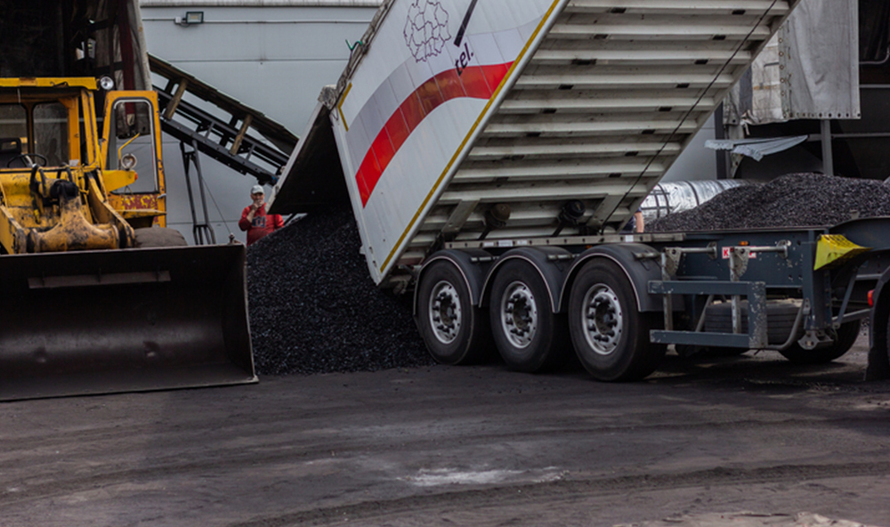 Samochód ciężarowy wysypuje dostawę ekogroszku